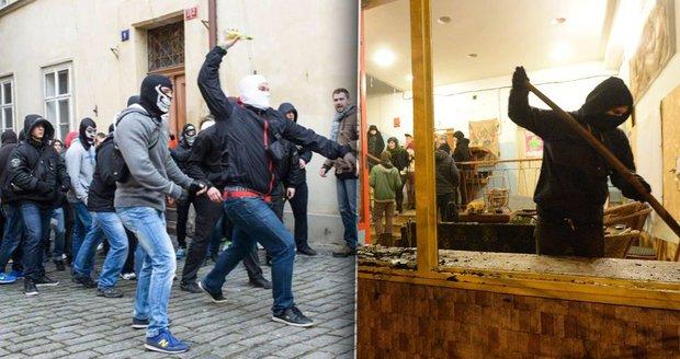 """""""Drž hubu, ty Arabe,"""" křičeli agresoři. Na Kliniku útočili Češi, házeli světlice"""