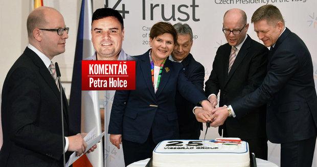Dort k 25. výročí V4 krájí zleva polská premiérka Beata Szydlová, maďarský premiér Viktor Orbán, český premiér Bohuslav Sobotka a slovenský premiér Robert Fico.