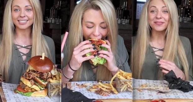 Křehká blondýna snědla za 10 minut skoro kilový burger s hranolky.