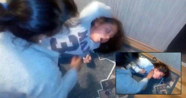 Údajné vymítání jedenáctileté Romky z Rumunska.
