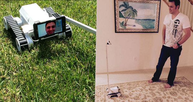 Rozvedený táta vymyslel robota, prostřednictvím kterého si může hrát s dětmi na dálku.