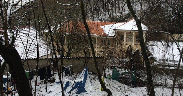 Bezdomovci žijí ve svahu pod Gottovou vilou. Hned vedle se nachází usedlost, podle níž Bertramka získala jméno. V ní pobýval i skladatel Mozart.