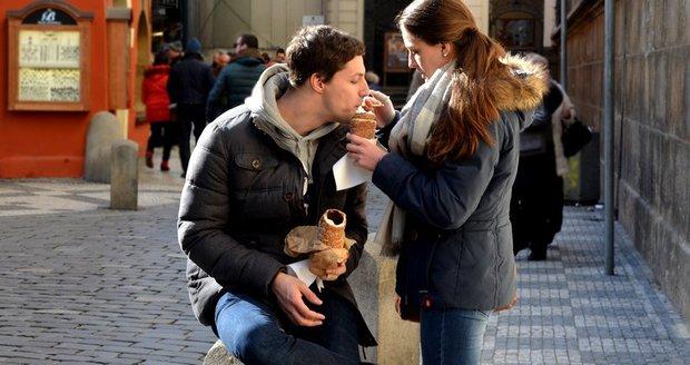 Trdelník se zmrzlinou láká turisty do Čech.