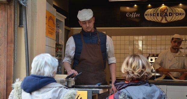 Fronta u trdelníků u prodejce v té samé ulici není dlouhá, člověk dostane dezert během pěti minut.