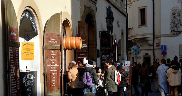 Turisté chodí ke konkurenci k vedlejšímu prodejci v téže ulici. Nenabízí sice zmrzlinu, ale i tak si vyberou ze dvou náplní.