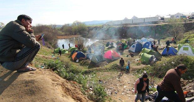 Uprchlické stany kousek od přechodu z Řecka do Makedonie
