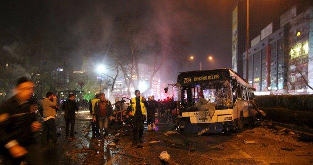 V Ankaře vybuchla bomba v autě, útok si vyžádal desítky mrtvých