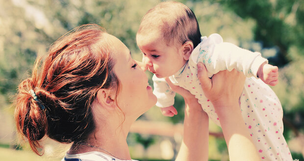 Jak správně držet kojence? Miminko má ještě hodně těžkou hlavu