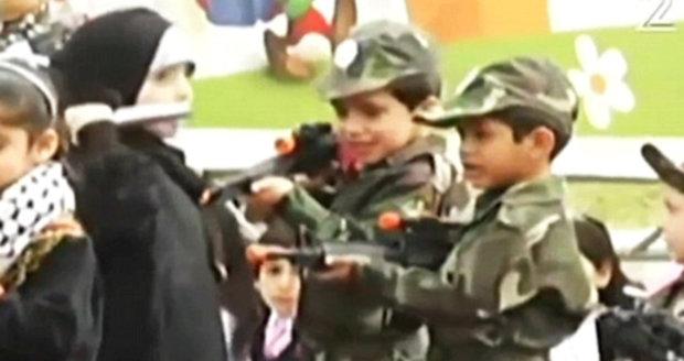 Festival nenávisti: Palestinské děti předstírají, že bodají a střílí do Izraelců