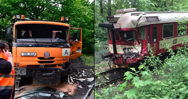 U Prahy se srazil vlak s náklaďákem: Těhotnou cestující odvezli do nemocnice