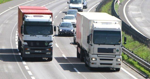 """Tiráci bez práce, letušky zavalené formuláři: Češi odmítají """"drsnou"""" směrnici EU"""