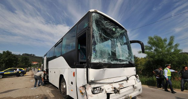 Český autobus se školáky shořel v Rakousku, děti utíkaly před plameny
