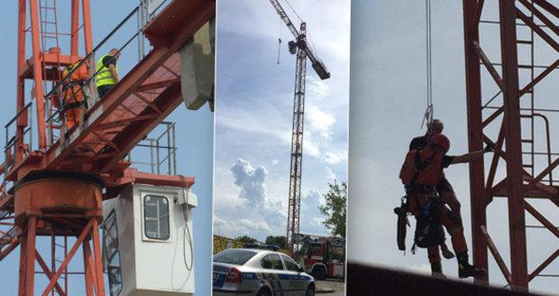 Jeřábník zkolaboval z vedra: Z 50metrové výšky ho museli sundat hasiči