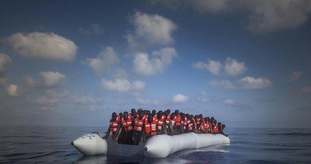 U libyjských břehů dnes z 30 lodí zachránili přes 3400 uprchlíků.