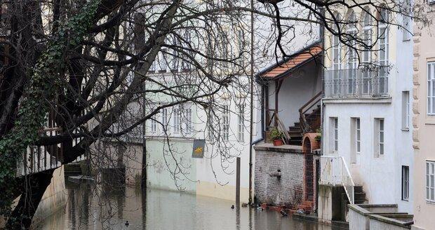 V Praze je 1. stupeň povodňové aktivity. Takhle vypadá Čertovka