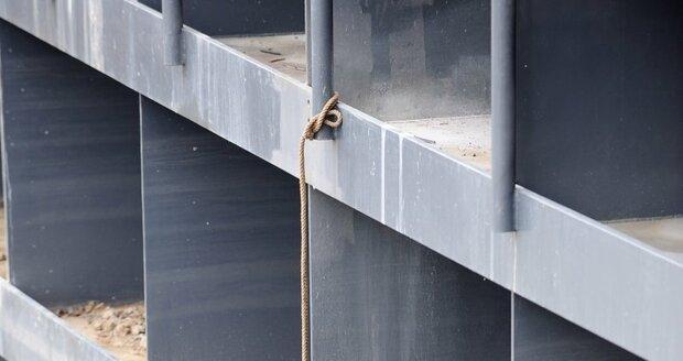 Na Vltavě se zavřela protipovodňová vrata, město musí počítat s případným přívalem masy vody.