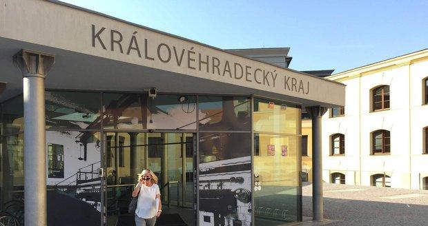 Sledujte od 13 hodin živě: Lídři Hradecka o korupci a razii na krajském úřadě
