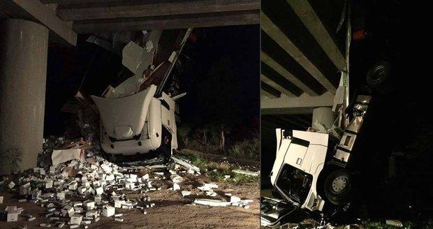 Tahač visel z mostu. Tragédii zabránil přívěs.