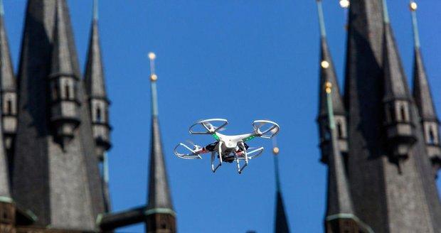 Drony jsou bezpečnostní riziko. Expert: Nad cíl se dostanou nepozorovaně