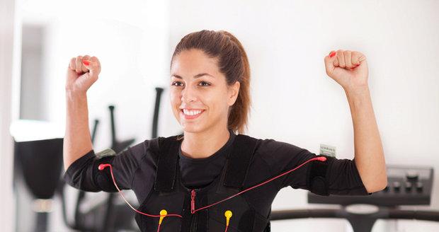 Cvičení pomocí elektrostimulací.