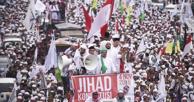 V indonéské metropoli protestují desetitisíce radikálních muslimů.