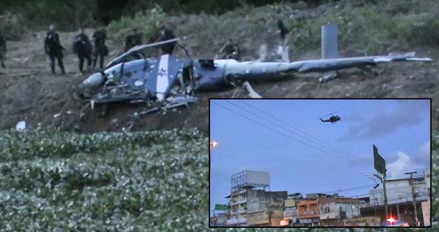 Při policejním zásahu ve slumu v Rio de Janeiru se zřítil policejní vrtulník.
