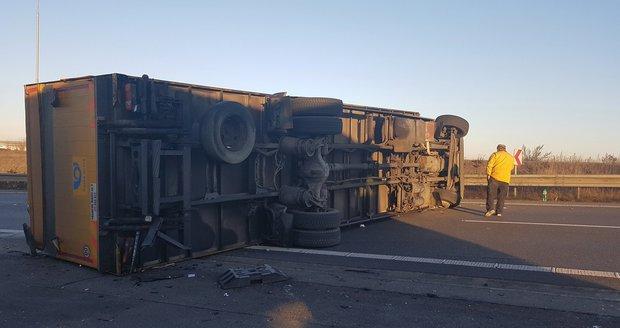 Pražský okruh a dálnici D10 komplikuje nehoda kamionu (ilustrační foto).