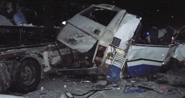 Autobus plný dětí se srazil s kamionem! Při nehodě zahynulo nejméně 12 lidí