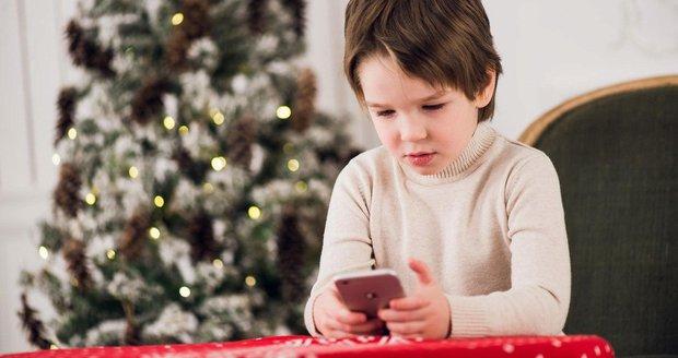 Mobilní pod stromeček pro dítě? Pouze těm psychicky vyzrálým, vzkazují odborníci.