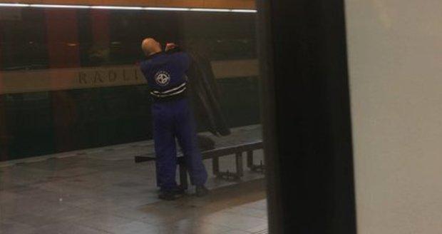 """""""Žide, uřežu Ti hlavu"""": Muž v uniformě DPP vyhrožoval v metru cestujícímu v jarmulce"""