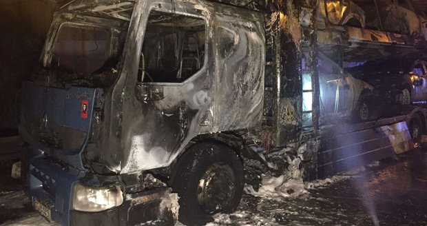 Požár kamionu, který převážel osobní auta, ve čtvrtek ráno zkomplikoval dopravu na Černém Mostě