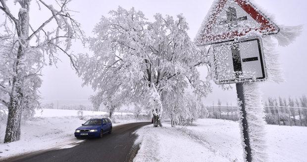 Pozor při cestě do práce, ledovka si už připsala desítky nehod
