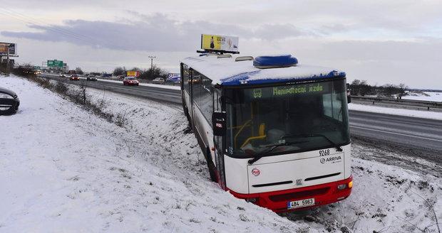 Díky ledovkám a dlouho trvajícím mrazům stoupá i počet nehod (ilustrace).