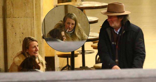 Anička Polívková se setkala před divadlem se svým otcem Bolkem Polívkou.