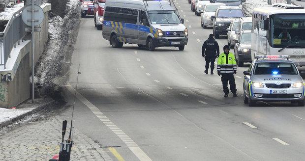 Policejní zásah v Argentinské ulici kvůli odloženému zavazadlu.