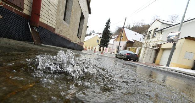 Havárie vody v Bohnické ulici v Praze