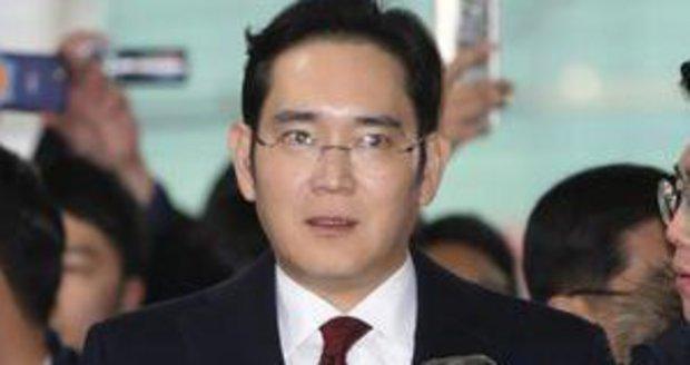 Šéf nejvyššího jihokorejského podniku Samsung group I Če-jong čelí žalobě za úplatky.