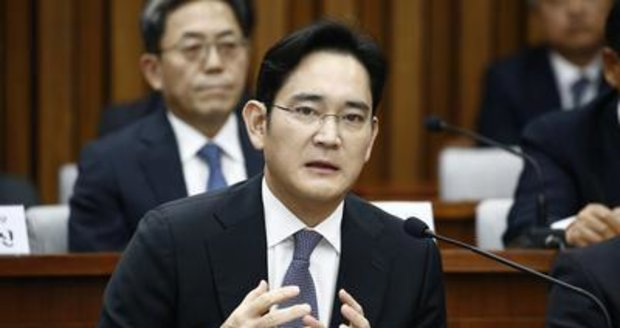 Zatykač na šéfa Samsung Group: Měl uplácet důvěrnici jihokorejské prezidentky