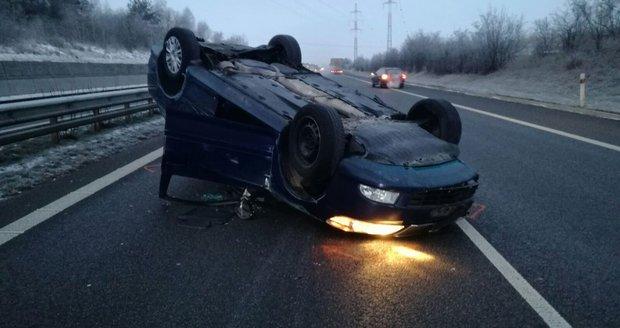 Na dálnici D11 skončilo auto na střeše, řidič nadýchal dvě promile.