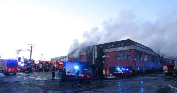 Ve Zvoli u Prahy hoří lakovna, dva zranění, jeden pohřešovaný.