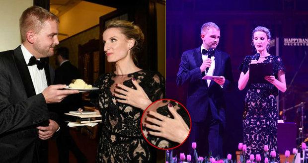 Adela Banášová na plese neměla svůj zásnubní prsten.