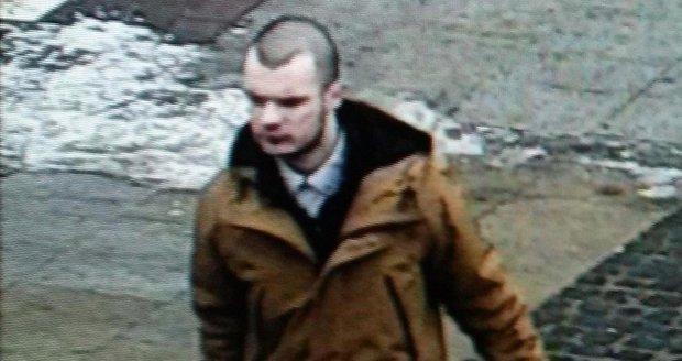 Policisté pátrají po muži, který může výrazně pomoci k objasnění případu krádeže notebooku v železniční stanici Moravský Písek.