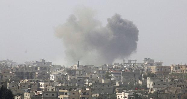 Při výbuchu náloží v Damašku zemřelo podle televize 40 lidí.