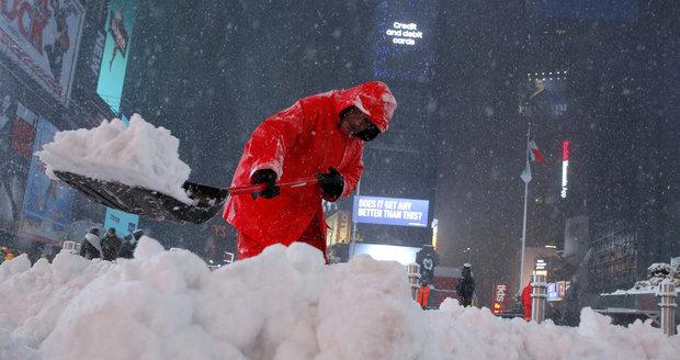 Pracovníci úklidových služeb odstraňují sníh z newyorského Times Square.