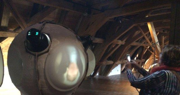 V zvláštní kopuli je trojoká vnitřní kamera obskura, která zjevuje tváře lidí, jež do ní vstoupí.