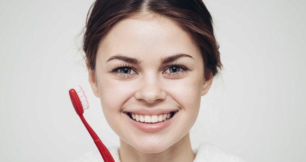 Vyzkoušely jsme bělení zubů na vlastní kůži. Které techniky jsou nejlepší?