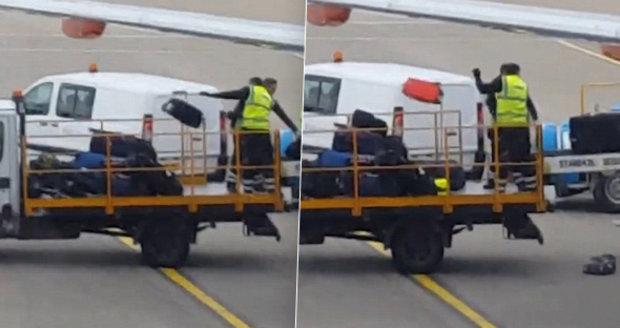 Video, které nechcete vidět! Takhle se zachází s kufry na letišti.