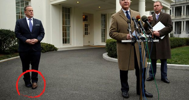 Spicer zarazil Američany botami různé barvy.