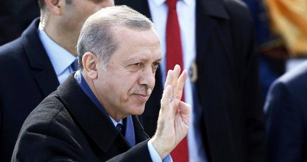 Turecký prezident Erdogan dostal v referendu větší pravomoce. Mezinárodní pozorovatelé ale hlasování zpochybnili.
