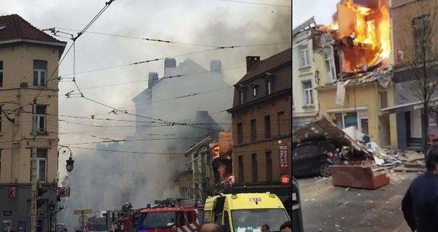 Exploze a následný požár poničily dva domy.